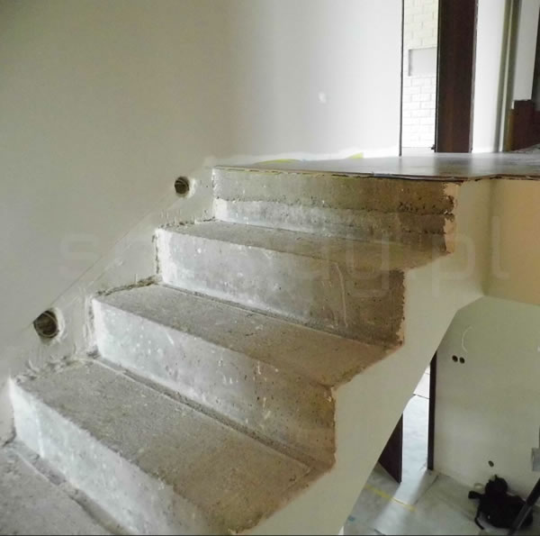 Ostatni stopień w schodach betonowych