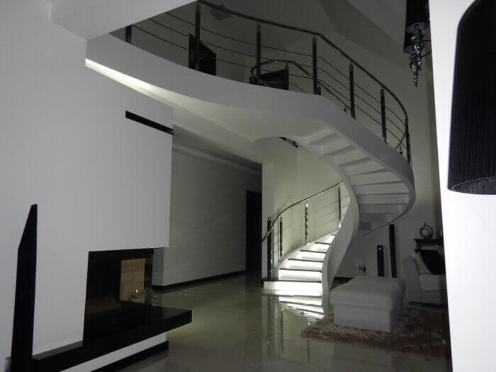 Kręte schody z konglomeratu AP Rud